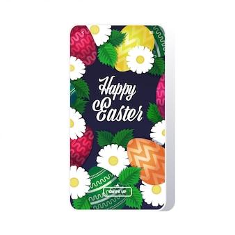 Szczęśliwy szablon wielkanocny z kolorowymi jajkami i kwiatami wiosna wakacje napis kartkę z życzeniami