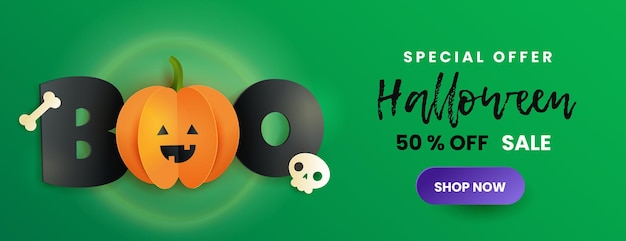 Szczęśliwy transparent sprzedaż halloween. napis boo, czaszka, kość i dynia w stylu cięcia papieru. śmieszna papierowa dynia z czarnymi literami na zielonym tle.