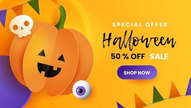 Szczęśliwy transparent sprzedaż halloween. śliczna papierowa dynia z czaszką i okiem na żółtym tle.