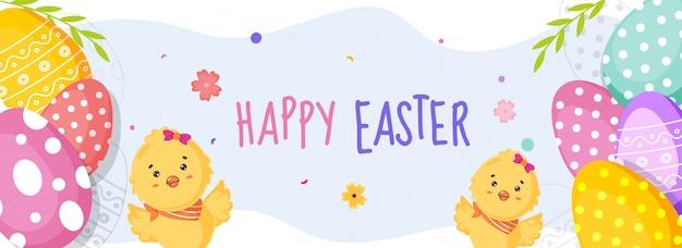 Szczęśliwy transparent wielkanocny z uroczymi kurczakami i kolorowymi jajkami polkadots.