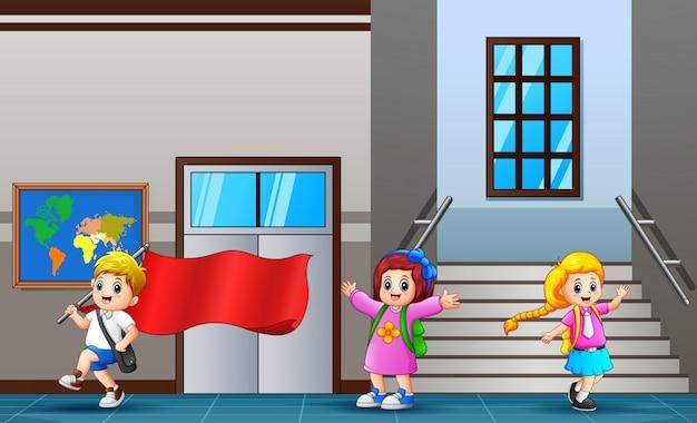 Szczęśliwy uczeń chodzi przy szkolnym korytarzem