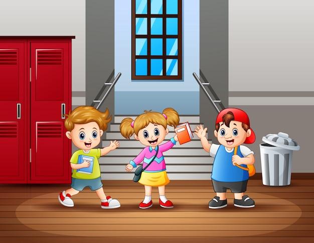 Szczęśliwy uczeń na korytarzu szkoły