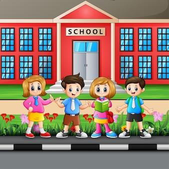 Szczęśliwy uczeń przed budynkiem szkoły