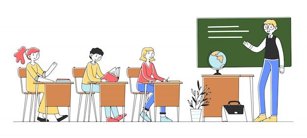 Szczęśliwy uczeń przy szkoły wyższa sala lekcyjnej studiowania lekcją