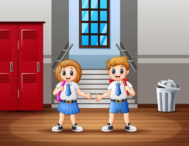 Szczęśliwy uczeń w korytarzu szkoły