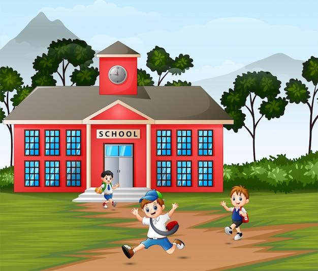 Szczęśliwy uczeń wraca do domu po szkole