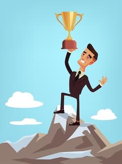 Szczęśliwy uśmiechnięty szczęśliwy zwycięzca biznesmen pracownik biurowy charakter stojący na zbieracz górski i trzymając złoty puchar. pomyślna koncepcja biznesowa na białym tle ilustracja kreskówka płaskie