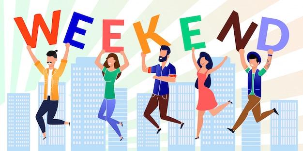 Szczęśliwy współpracowników trzymać list wykonane słowo weekend