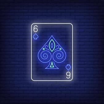 Sześć pik kart do gry neon znak.