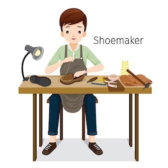 Szewc, naprawiając męskie buty, szyje buty