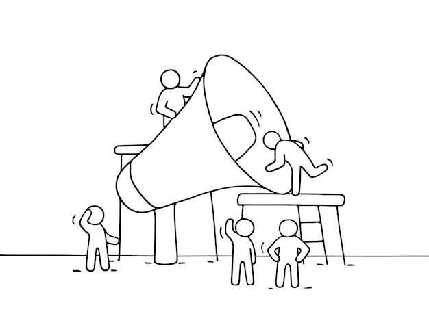 Szkic pracujących małych ludzi z dużym głośnikiem. doodle śliczna miniaturowa scena pracowników z megafonem. ręcznie rysowane kreskówka do projektowania biznesu i plansza.