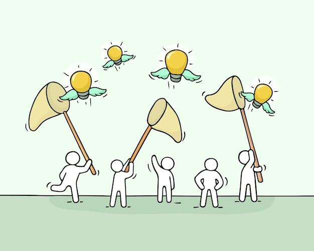 Szkic pracujących małych ludzi z pomysłami na latające lampy. doodle urocza miniaturowa scena pracowników próbujących złapać żarówkę.