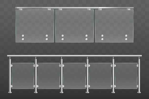 Szklana balustrada z metalowymi poręczami ustawionymi na białym tle