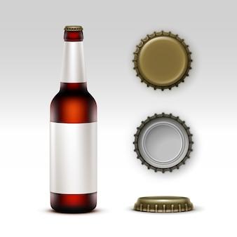 Szklana butelka ciemnego piwa z etykietą i nakrętkami