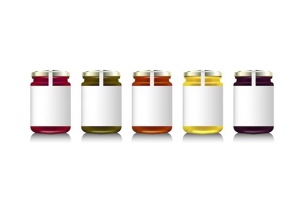 Szklane słoiki z dżemem, konfiguracją lub miodem. ilustracja. kolekcja opakowań. etykieta na dżem. bank realistyczny. makiety słoików po dżemie z projektowymi etykietami lub odznakami.