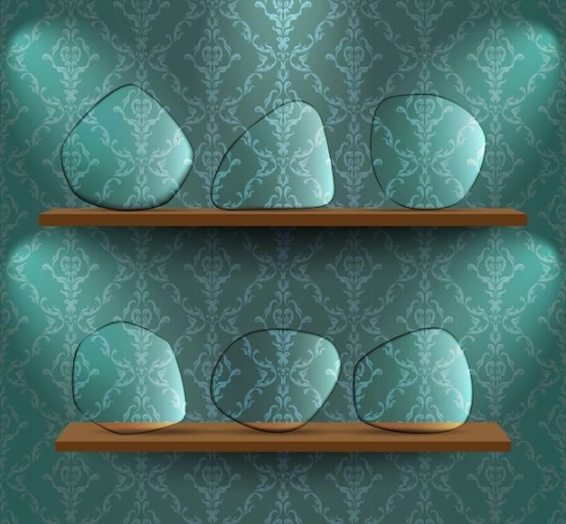 Szklane talerze na półkach
