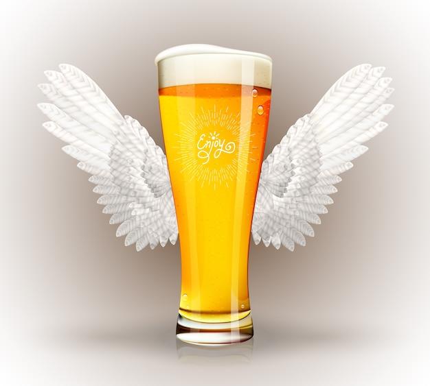 Szklanka piwa z anielskimi skrzydłami i godłem hipster