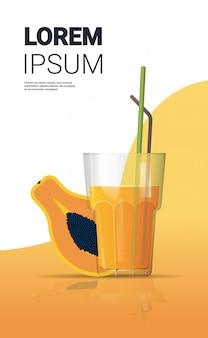 Szklanka świeżego soku z papai ze słomy i pokrojone owoce pionowe miejsce