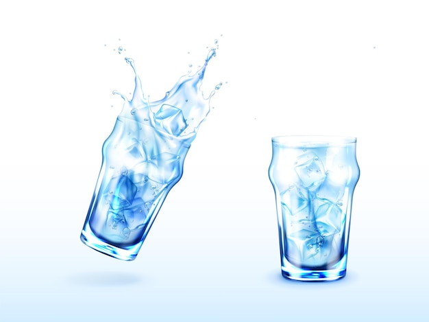 Szklanka z wodą i kostkami lodu zimny napój w przezroczystym kubku z pluskiem
