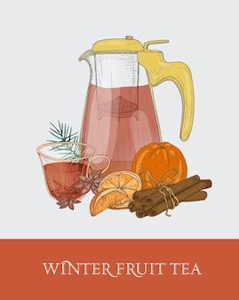 Szklany przezroczysty imbryk lub dzbanek z sitkiem, filiżanka zimowej herbaty owocowej, świeża pomarańcza, cynamon i anyż