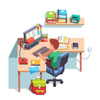 Szkoła chłopca studiuje przed komputerem