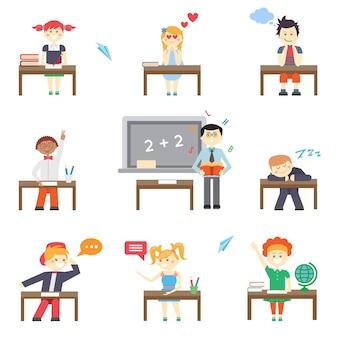 Szkoła. chłopcy i dziewczęta przy szkolnych ławkach i tablicy