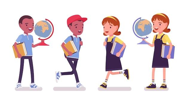 Szkoła chłopiec i dziewczynka z książkami, kula ziemska. słodkie małe dzieci na studiach, aktywne małe dzieci, mądrzy uczniowie szkół podstawowych w wieku od 7 do 9 lat. ilustracja kreskówka wektor płaski