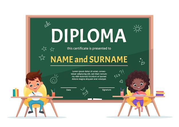Szkoła dla dzieci w wieku szkolnym szablon certyfikatu z uroczym chłopcem i czarną dziewczyną z kręconymi włosami przy stole odrabiania lekcji na tle z zieloną tablicą. płaska ilustracja kreskówka
