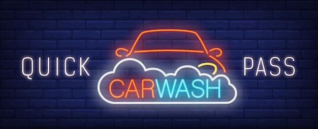 Szybki myjnia neon znak. samochód w piance i kolorowy napis.
