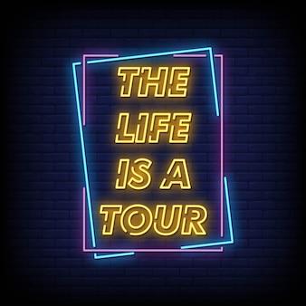 Szyld neonowy life to tour na ścianie z cegły