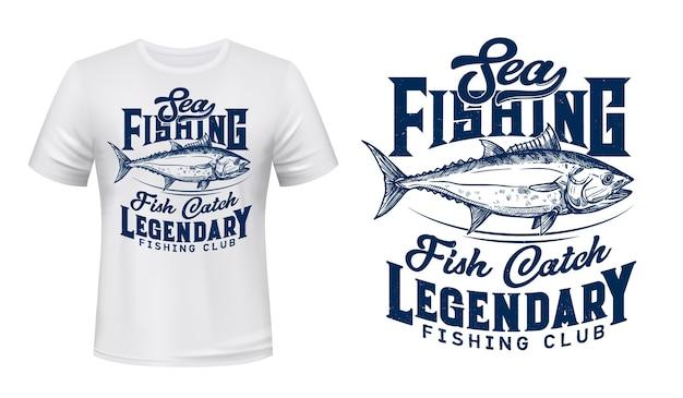 T-shirt klubu wędkarstwa morskiego z nadrukiem tuńczyka. duży tuńczyk, handlowa ryba morska, ilustracja i typografia z wygrawerowanym trofeum. nadruk na odzieży klubu rybackiego