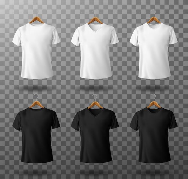T-shirt makieta czarno-biała męska koszulka z krótkimi rękawami na drewnianych wieszakach szablon widok z przodu.