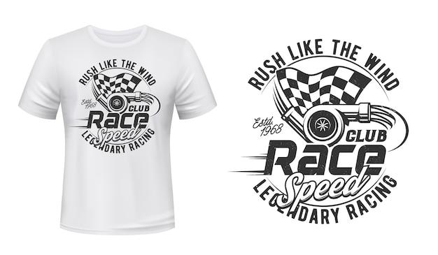 T-shirt z nadrukiem car racing club. turbina gazowa silnika pojazdu, start w kratkę, ilustracja flagi mety i typografia. zawody sportów motorowych, szablon projektu nadruku odzieży rajdowej