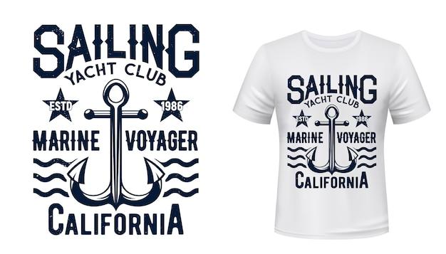 T-shirt z nadrukiem klubu żeglarskiego i żeglarskiego. jacht vintage ilustracja kotwicy admiralicji i typografia. yachtsman, szablon projektu wydruku odzieży żeglarskiej, członek klubu sportowego żeglarstwa morskiego, szablon odzieży