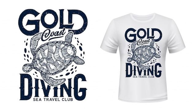 T-shirt ze zwierzęcym nadrukiem z żółwia morskiego. podróże morskie i podwodne nurkowanie szablon odzieży sportowej klubu z pływającym morskim terrapinem z niebieskimi falami i napisami