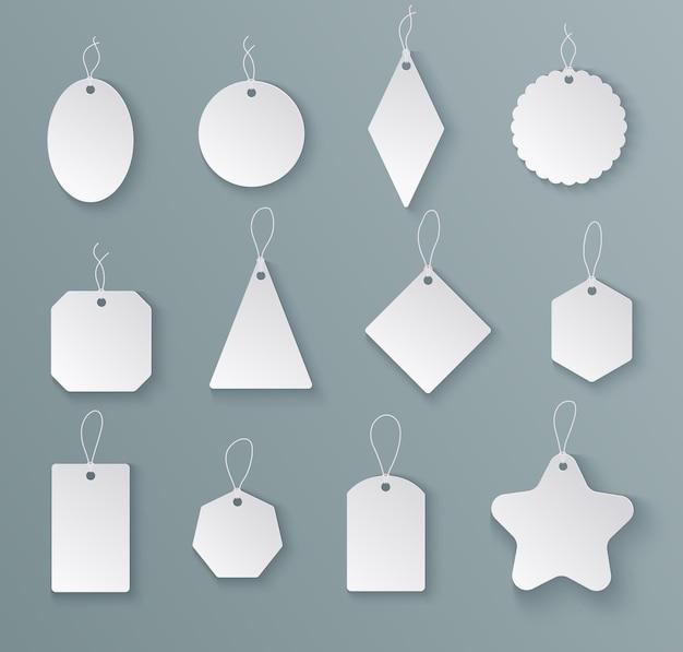 Tagi etykiety. biała papierowa pusta metka ze sznurkiem w różnych kształtach. makiety na prezenty świąteczne na białym tle szablony wektorów. zawieś pusty tag na cenę sprzedaży, ilustracja etykiety w kształcie prezentu