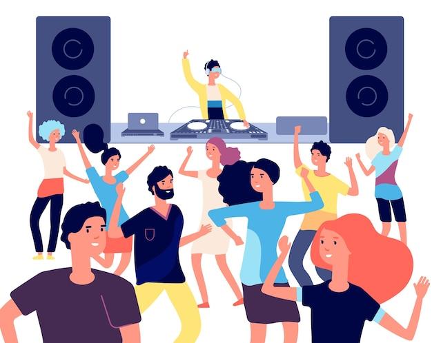 Tancerze bawią się w dyskotekowej imprezie klubowej z dj-em