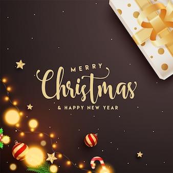 Tekst kaligrafii wesołych świąt i szczęśliwego nowego roku z pudełkiem, bombkami, gwiazdką, laską cukrową i girlandą oświetleniową zdobioną na brązowo.