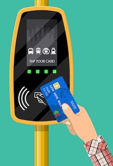 Terminal i karta bankowa w ręku.