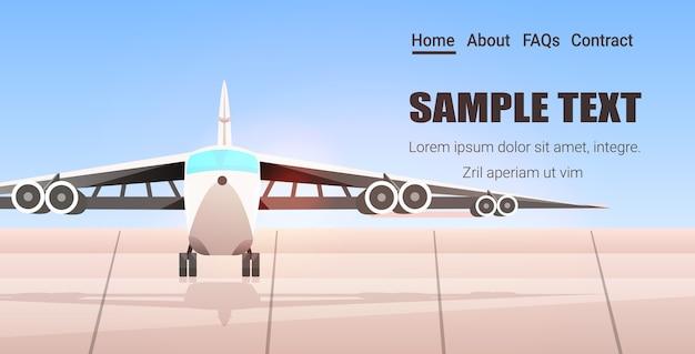 Terminal lotniska z samolotem czeka na start poziomej przestrzeni kopii
