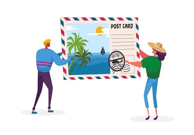 Tiny man woman characters trzymający ogromną pocztówkę z tropikalną plażą i palmami