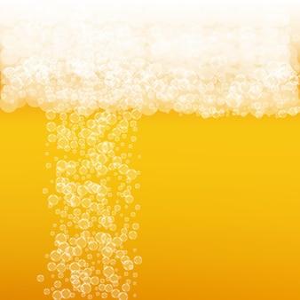 Tło piwo rzemieślnicze. plusk piwa. pianka oktoberfest. szklany kufel piwa z realistycznymi bąbelkami. chłodny płynny napój do restauracji. koncepcja złotego menu. pomarańczowy dzbanek na piankę oktoberfest.