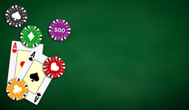 Tło stołu pokerowego w kolorze zielonym z asami i żetonami do pokera.