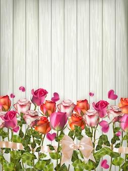 Tło wakacje, romantyczne tło z wakacyjnymi różami i płatkami kwiatów na drewnianym stole