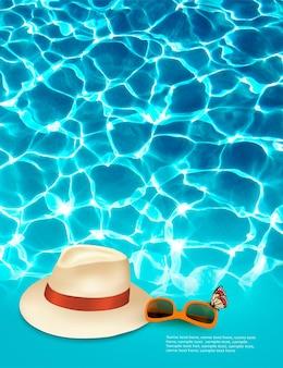 Tło wakacje z błękitnego morza, kapelusz i okulary przeciwsłoneczne.