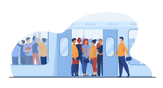 Tłum dojeżdżających do pracy podróżujący metrem