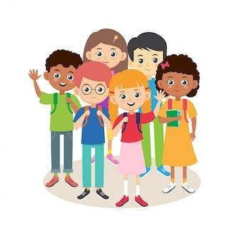 Tłum dzieci w szkole. wielorasowe dzieci chłopcy i dziewczęta z zestawem plecaków. uśmiechnięci uczniowie