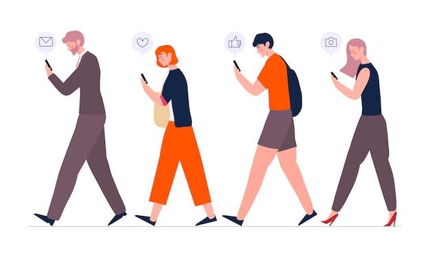 Tłum ludzi chodzących za pomocą smartfonów lub telefonów komórkowych z komunikatorami i odtwarzających media społecznościowe