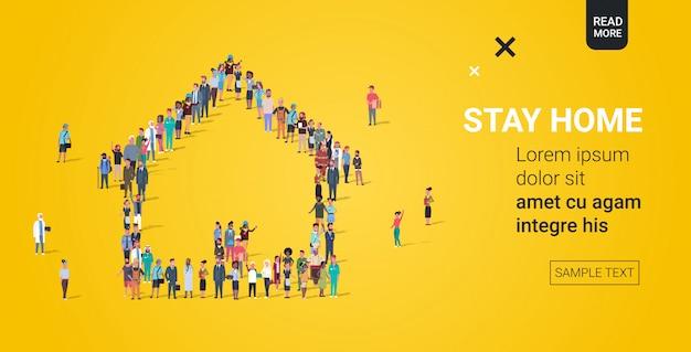 Tłum ludzi gromadzący się w kształcie domu zostaje w domu koncepcja koronawirusa pandemia covid-19 koncepcja kwarantanny