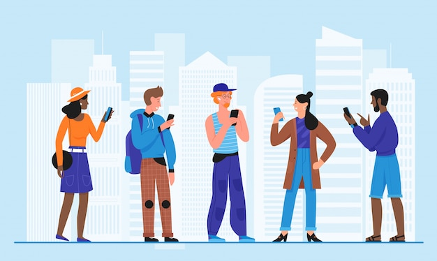 Tłum ludzi z ilustracji smartfonów. kreskówka mieszkanie mężczyzna kobieta młode postacie stojące na ulicy miasta, trzymając w ręku telefon komórkowy, używając telefonu komórkowego w tle nowoczesnego miejskiego miasta